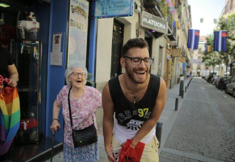 Dos vecinos conversan durante el orgullo gay en Madrid