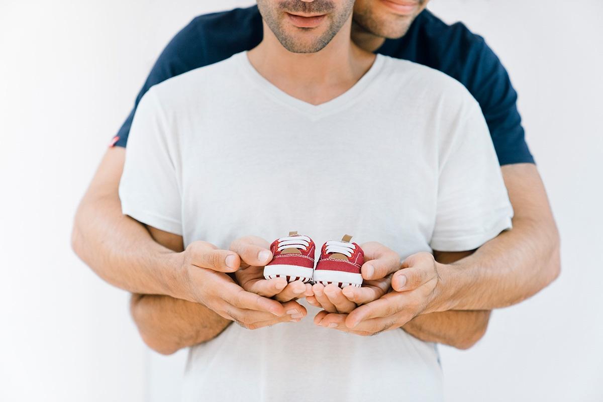 gestacion subrogada en Estados Unidos - padres con zapatos